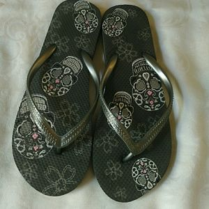 279ce5145557 Uncaged Boutique   Upscale Consignment Shoes - Size 7.5 skull gray silver  flip flops